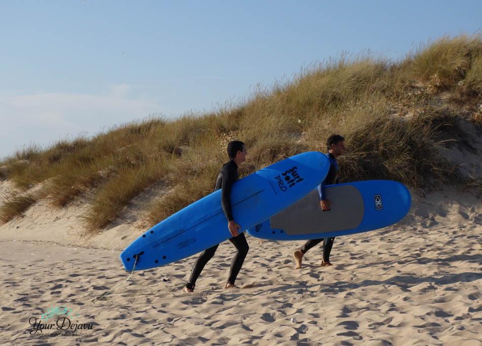 Surfer am Strand Praia da Mata
