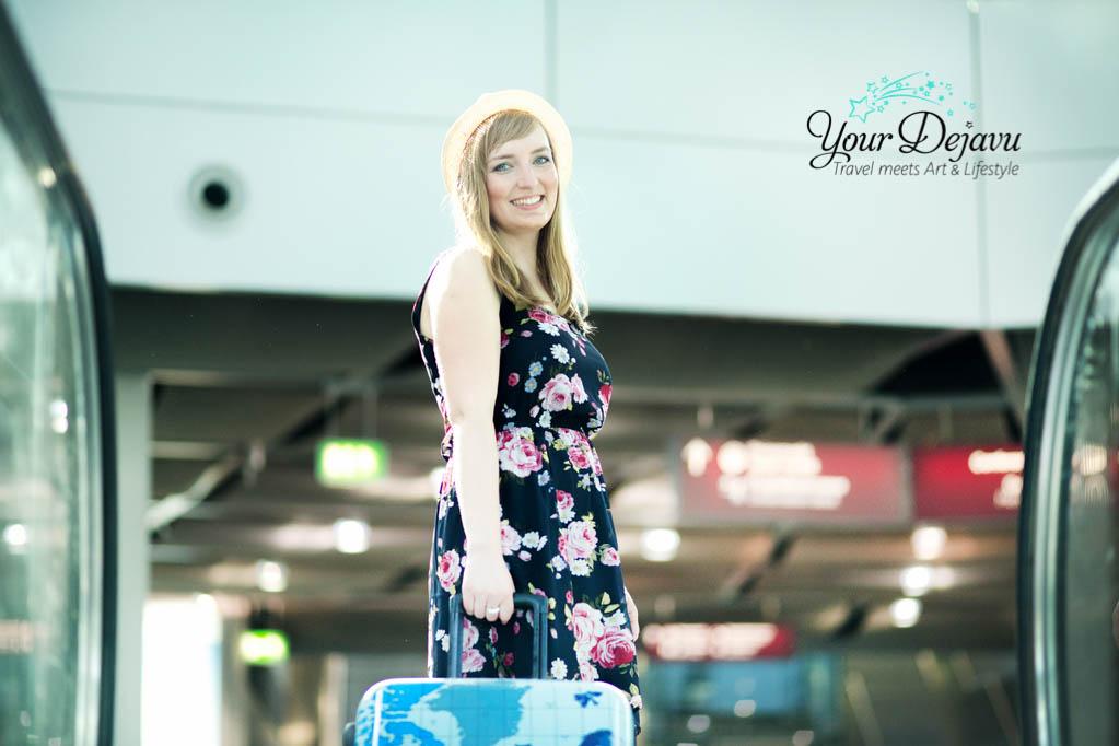 Abenteurerin am Flughafen